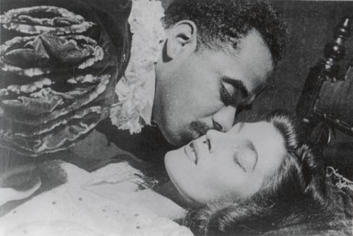 Cacilda Becker (Desdêmona) e Abdias do Nascimento (Otelo). Rio de Janeiro, Teatro Regina, 1946. Ref.: Arquivo Funarte- RJ.