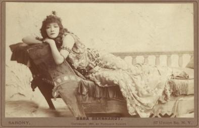 Sarah Bernhardt interpretou a Dama das Camélias no Brasil e na Argentina em 1886. Foto postal, 1891.