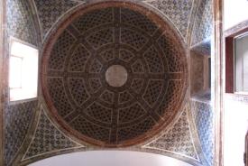 : Convento Santo Antonio, Recife - cúpula revestida de azulejos de padrões mouriscos em três cores datados de 1780. Fotografia PercivalTirapelli http://acervodigital.unesp.br/handle/123456789/65845 /
