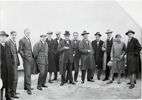 No telhado da Bauhaus Dessau.Da esquerda para a direita: Josef Albers, Hinnerk Scheper, Georg Muche, László Moholy-Nagy, Herbert Bayer, Joost Schmidt, Walter Gropius, Marcel Breuer, Wassily Kandinsky, Paul Klee, Lyonel Feininger, Gunta Stölzl e Oskar Schlemmer. 1925.