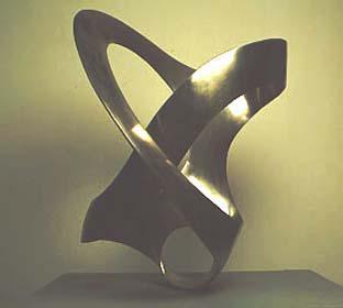 MAX BILL (Berna, Suíça, 1908- Berlim, Alemanha, 1994). Unidade Tripartida, 1948/49. Aço inoxidável, 114,0 x 88,3 x 98,2. Prêmio Bienal de Arte de São Paulo, 1951.
